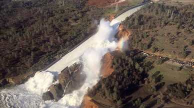 Imagen aérea del desaguedela presa de Oroville en California.