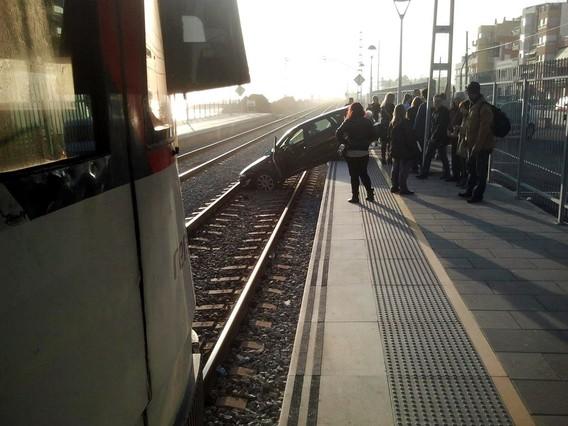 Un coche cae a la vía del tren en la estación de Premià de Mar