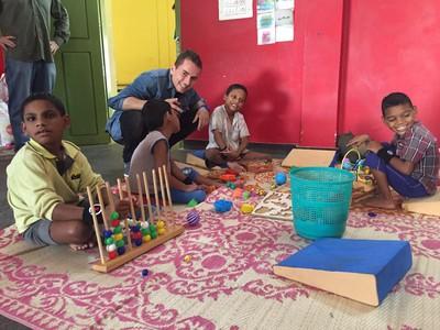 Jorge Lorenzo, con varios de los ni�os que reciben la ayuda dela Fundaci�n Vicente Ferrer en la localidad �ndia de Anantapur.