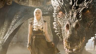 Daenerys (Emilia Clarke), con uno de sus impresionantes dragones, en la serie 'Juego de tronos'.