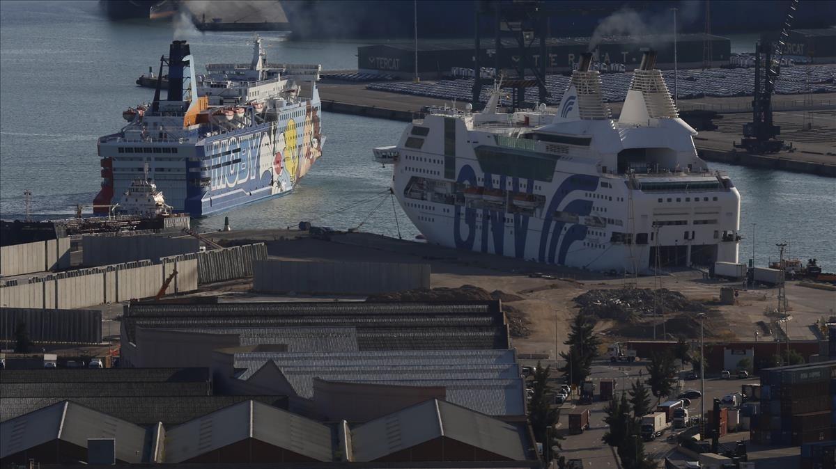 Los dos cruceros contratados por el Estado para alojar agentes policiales en el puerto de Barcelona.