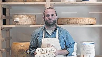 Marc Martínez muestra un queso Urdina en la Formatgeria 12 Graus.