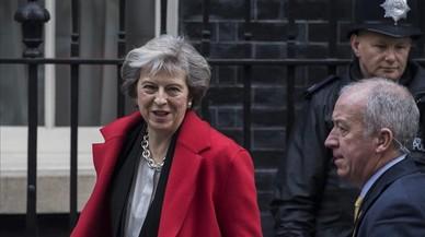 May abandona el número 10 de Downing Street para asistir a una sesión de control en la Cámara de los Comunes, en Londres, el 30 de noviembre.