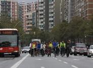 Un pelot�n de ciclistas rebaja la velocidad habitual de la Meridiana en se�al de protesta