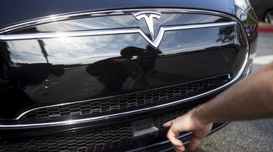 El radar situado en la parte delantera del Tesla S, el pasado octubre en un acto de la firma en Palo Alto (California).