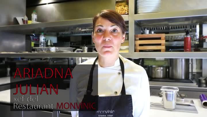 Ariadna Julian, de Monvínic, explica cómo hace la receta de la bisque de langostinos.