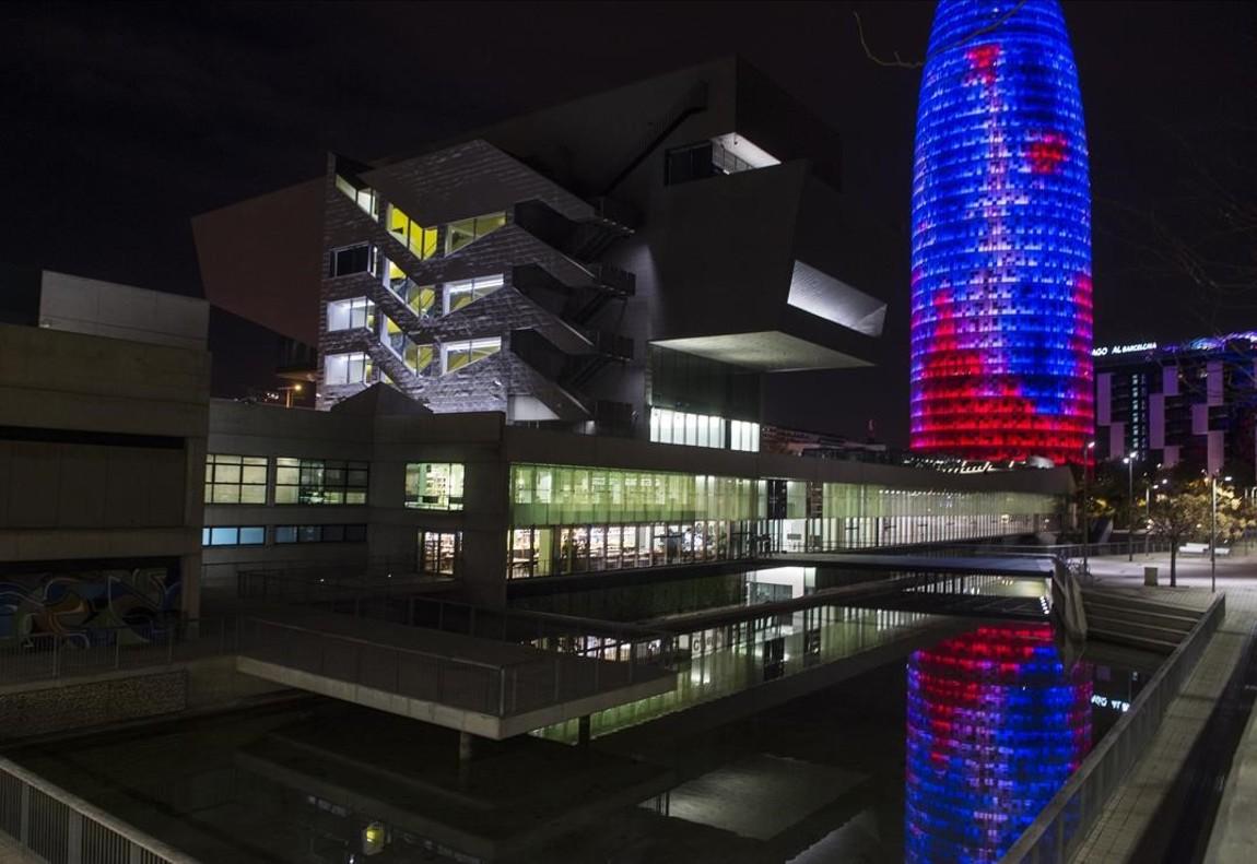 Reflex de la torre Agbar a l'exterior del Museu del Disseny de Barcelona.