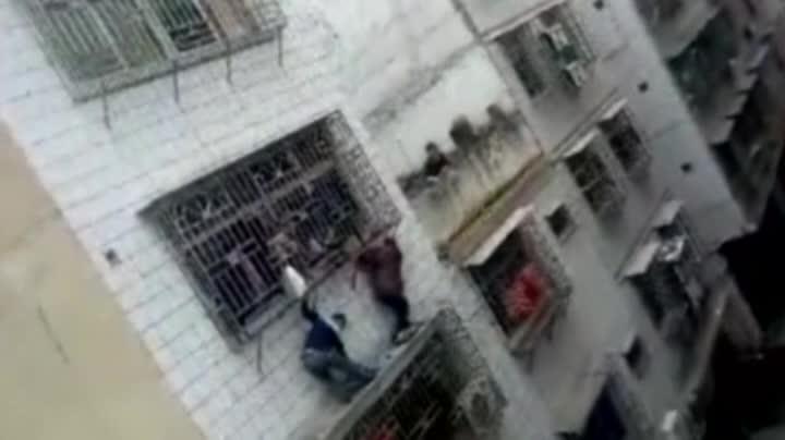 Rescatada una niña en China que se había quedado colgada de un balcón