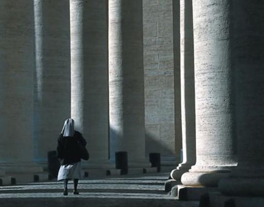 El Vaticano tapa una herida al elegir por fin a su banquero