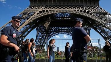 Vigilancia policial en la Torre Eiffel.