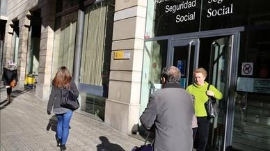 Entrada de la oficina de la Seguridad Social, en la calle de Rocafort.