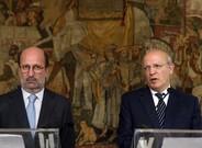 El ministro de Exteriores portugués, Augusto Santos Silva (derecha), y el de Medio Ambiente, José Pedro Matos Fernandes, explican el acuerdo con España.