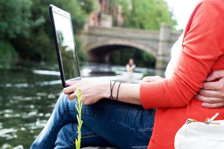 Una pareja utiliza el ordenador portatil para tener accesso a internet