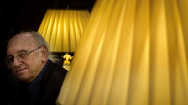 El novelista griego, Petros Márkaris, charla con EL PERIÓDICO sobre su última novela.