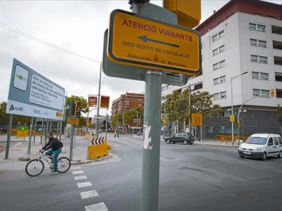 Calle de La Sagrera, esquina Garcilaso, el viernes, convertida en vía de doble sentido por las obras del AVE.
