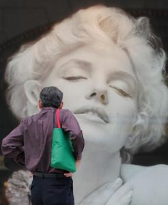 Retrato de la actriz en una tienda de Tokio.