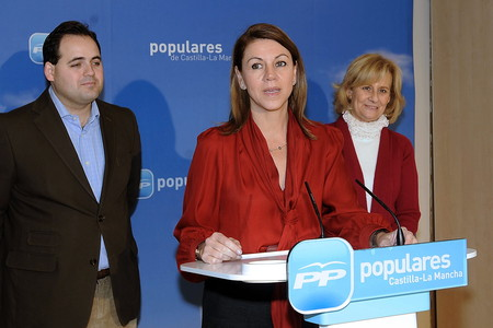 La presidenta del PP de Castilla-La Mancha, Mara Dolores de Cospedal (c), junto al alcalde de Almansa, Francisco Nez, y la alcaldesa de Albacete, Carmen Bayod, durante un encuentro de alcaldes del PP de Albacete.
