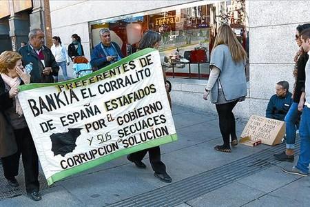 Afectados por las preferentes de Bankia se manifiestan en la plaza de Callao, en el centro de Madrid, el pasado sábado.