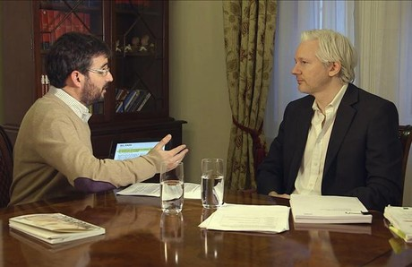 Jordi vole y Julian Assange, en el programa 'Salvados' (La Sexta).
