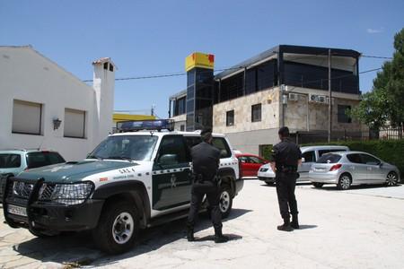 Agents de la Guàrdia Civil, a la seu de Petromiralles, a Santa Maria de Miralles, aquest dimarts.