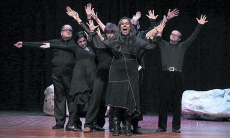 Miembros del grupo de teatro Femarec, durante el ensayo general de 'La força', ayer. Abajo, cartel de la obra.
