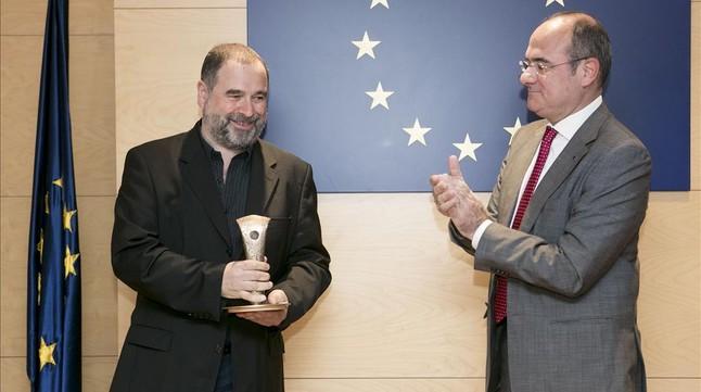 Oliveras (izquierda) recibe el premio de manos de Jaume Duch, portavoz del Parlamento Europeo, este viernes en Barcelona.