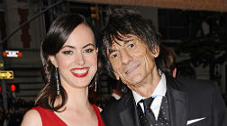 Ron Wood y Sally Humphreys, en el 2012.