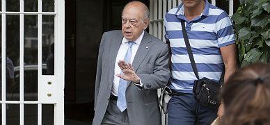 Pujol sale de su casa en Barcelona, este martes.