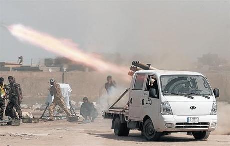 Milicianos chi�s disparan proyectiles contra posiciones yihadistas en el norte de Irak.