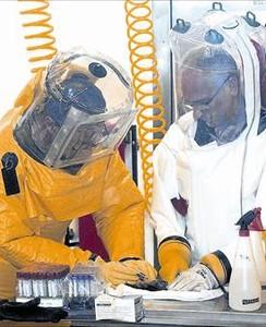 Investigadors del virus de lEbola a Pretòria (Sud-àfrica).