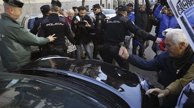 El coche de Miguel Blesa, zarandeado a la salida de los juzgados