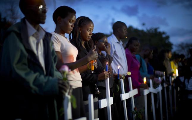 Ciudadanos kenyanos sujetan velas en recuerdo de las víctimas de la masacre de Garissa, donde murieron 148 estudiantes.