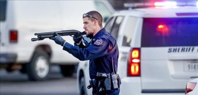Un policía en el aparcamiento de Excel Industries en Hesston.