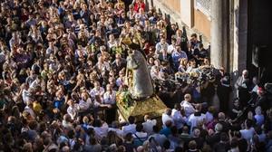 Acto de desagravio a la Virgen de los Desamparados organizado por el cardenal Canizares en Valencia por el polémico beso lesbico de la Moreneta con la Geperudeta en un cartel de Endavant.