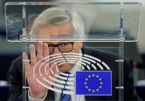 Juncker saluda desde su despacho en Estrasburgo.