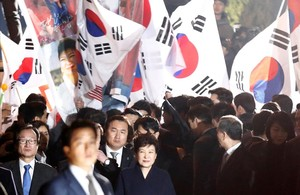zentauroepp37644571 south korea s ousted leader park geun hye greets her support170312123729