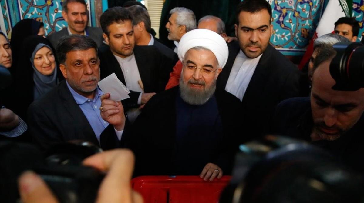 El presidente de Iran Hassan Rouhani vota en Teherán en las elecciones presidenciales iranís.