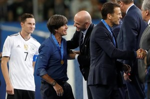 Joachim Löw recibe la felicitación por parte de Gianni Infantino, presidente de la FIFA