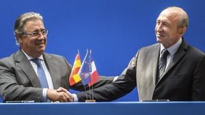 El ministro del Interior, Juan Ignacio Zoido, y el francés, Gerard Colomb, en París.