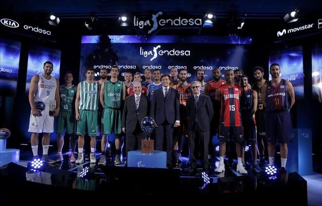 Los jugadores posan junto con Portela, presidente de honor de la ACB, José Ramón Lete, secretario de Estado, y Alberto Fernández, director de comunicación de Endesa