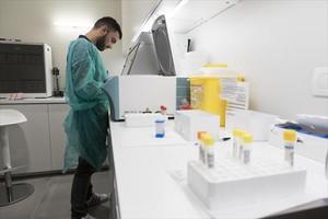 Un técnico trabaja en el laboratorio de Checkpoint, ayer.