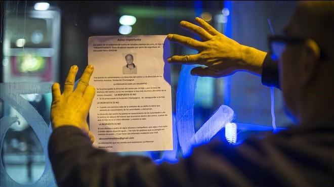 Manuel B., padre de un joven que sufrió abusos en los Maristas, cuelga un pasquín de denuncia contra Benítez.