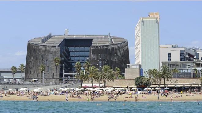 El PRBB (Parc de Recerca Biom�dica de Barcelona), visto desde el mar en una ma�ana veraniega