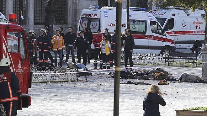 Las ambulancias trasladan a los heridos en el atentado con v�ctimas que se ha producido en el centro de Estambul.