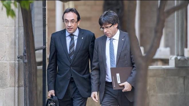 El 'conseller' de Territori, Josep Rull, y el presidente de la Generalitat, Carles Puigdemont.