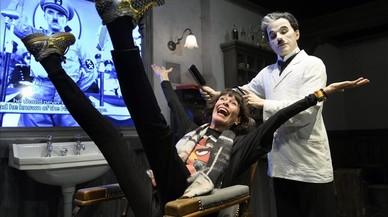 Geraldine Chaplin, amb la figura de cera de Chaplin, al museu Univers Chaplin a Corsier sur Vevey (Suïssa).