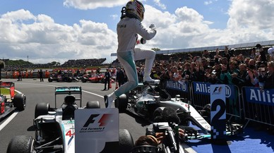 Hamilton derrota a Rosberg i es col·loca a 4 punts del líder