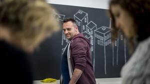 Javirroyo, dibujando en una pizarra del estudio barcelonés donde tiene su empresa, Chispum