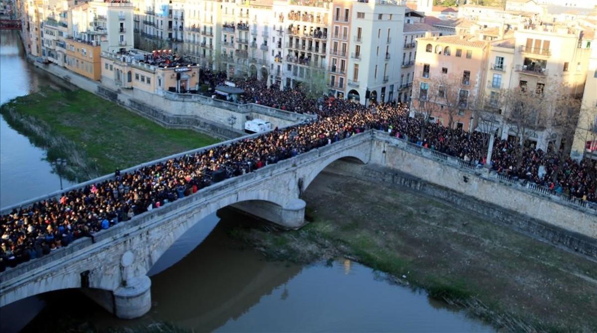 jgblanco37817797 25 03 2017 girona unes 10 000 persones omplen el pont de ped170325223940