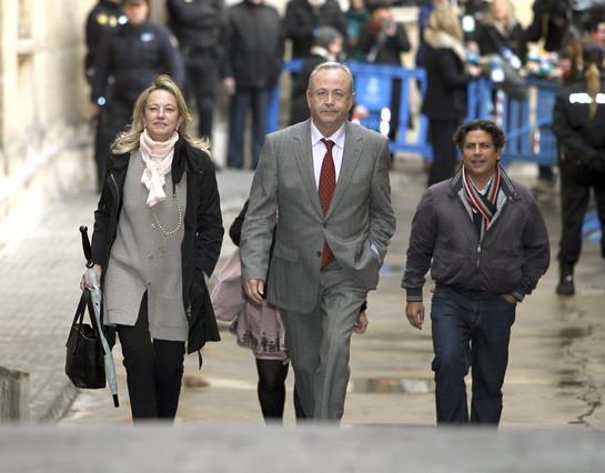 El juez investiga si Urdangarin, la infanta y Torres se acogieron a la amnist�a fiscal
